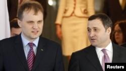 Новий президент Придністров'я Євген Шевчук (ліворуч) та молдовський прем'єр Влад Філат, Одеса, 27 січня 2012 року