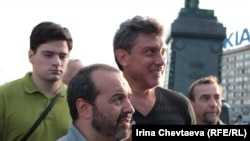 Борис Немцов (второй слева) на митинге, посвященном Дню российского флага.