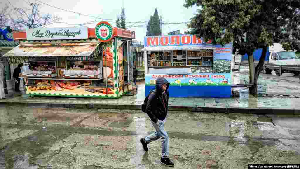 Продовольственные ларьки перед рынком. Здесь совсем не видно покупателей