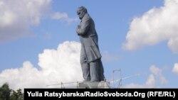 Такий був пам'ятник Шевченкові на Комсомольському острові у Дніпропетровську до демонтажу, фото 19 липня 2011 року