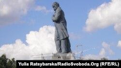 Пам'ятник Шевченкові у Дніпропетровську на початку реконструкції, липень 2011 року