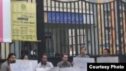 اعضای شورای مرکزی دفتر تحکیم وحدت صبح روز دوشنبه در اعتراض به ادامه بازداشت دیگر دانشجویان مقابل دانشگاه امیرکبیر تحصن کرده بودند.