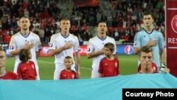 Футболисты сборной Казахстана во время исполнения гимна перед игрой с командой Чехии в квалификации чемпионата Европы. 3 сентября 2015 года.