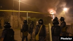 Armenia - Riot police disperse protesters in Yerevan's Sari Tagh neighborhood, 29Jul2016.