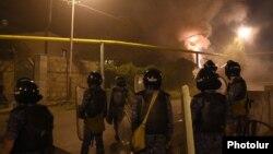 Armenia - Riot police disperse protesters in Yerevan's Sari Tagh neighborhood, 29Jul2016.