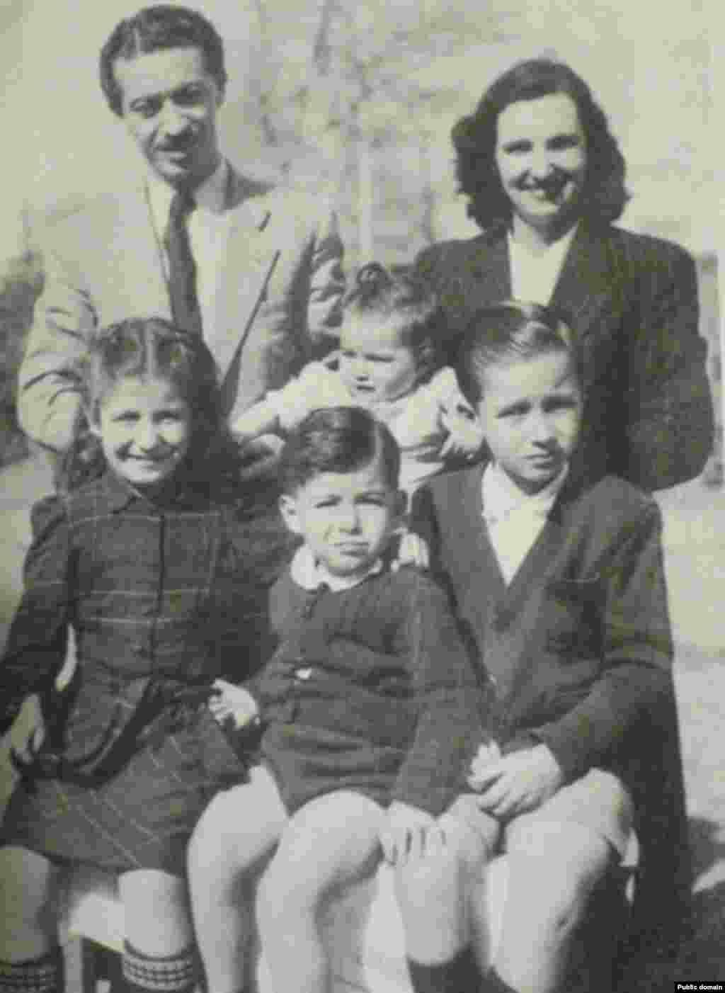 بختیار همراه با همسر فرانسوی و چهار فرزندش