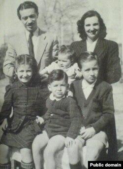 ّشاپور بختیار در کنار همسر نخستش مادلن و فرزندانشان گیو، ویوین، فرانس و پاتریک