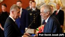 Прэзыдэнт Чэхіі Мілаш Зэман (справа) прызначае мільярдэра Андрэя Бабіша прэм'ер-міністрам ў чэрвені 2018 году