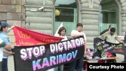 Активисты проводят в Стокгольме акцию протеста в день шестой годовщины Андижанских событий.