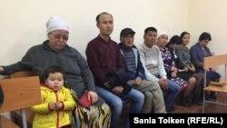 Оралманы (репатрианты) из Ирана и Узбекистана в суде по их делу. Актау, 8 ноября 2017 года.