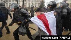 Спецназівці затримують громадську активістку Ніну Багінську. Мінськ, 25 березня 2017 року