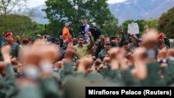 Венесуэланын президенти Николас Мадуро Каракастагы аскердик базада жоокерлер менен жолугушууда. 30-январь, 2019-жыл.