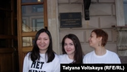 """Журналисты в футболках """"Нет цензуре!"""" перед зданием Заксобрания в Петербурге"""