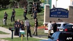 Полиция у здания сикхсокого храма в Оук-Крик, штат Висконсин