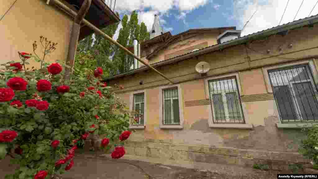 У внутрішньому дворі під будинком Ракова пишно зацвів кущ троянди