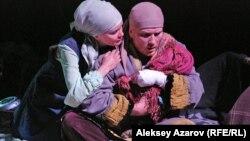 Герои спектакля «Джут» Сауле (актриса Камила Ермекова) и Ахмет (актер Илья Шилкин). Алматы, 15 октября 2015 года.