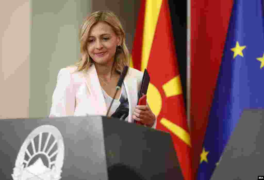македонија - Министерката за финансии Нина Ангеловска денеска рече дека прогресивното оданочување се става во мирување во следните 36 месеци и се враќа старото од 10 проценти. Поранешниот министер за финансии, Драган Тевдовски, со реакција: Ако го укинете прогресивниот данок, вие не сте социјалдемократи.