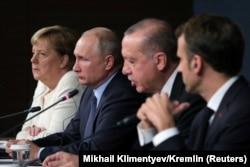 Почти что лучшие друзья. Слева направо: Ангела Меркель, Владимир Путин, Реждеп Эрдоган, Эммануэль Макрон. Стамбул, октябрь 2018 года