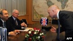 ویلیام هیگ، وزیر خارجه بریتانیا (راست)، و اهود باراک وزیر دفاع اسرائیل