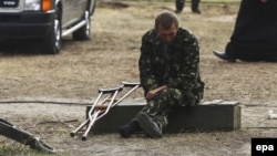 Раненый украинский солдат около госпиталя в городе Сватово, Луганская область
