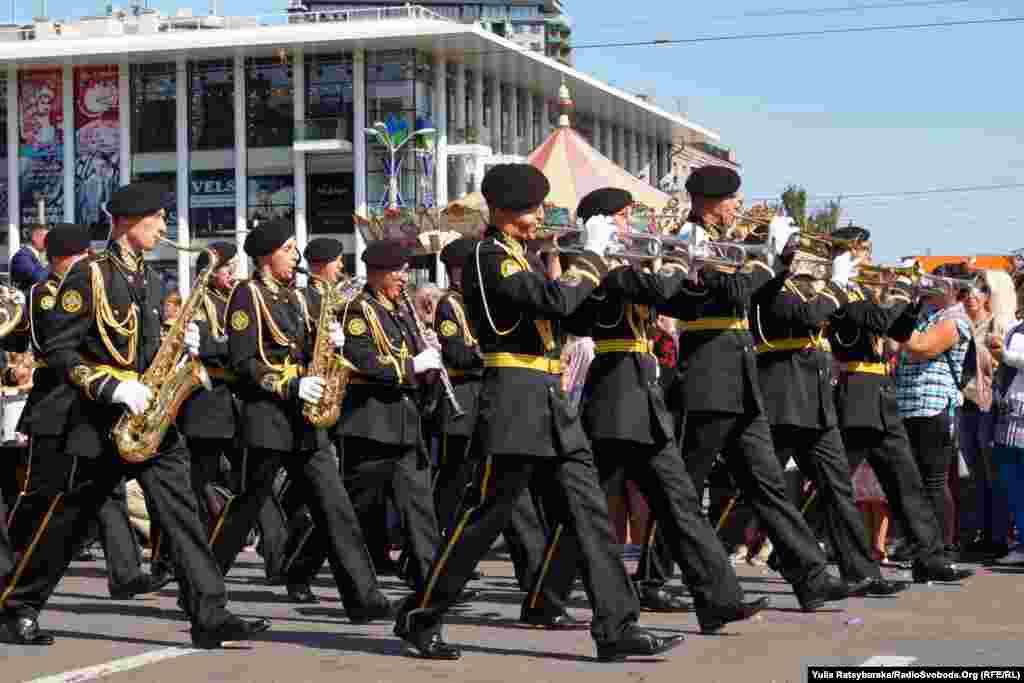 Святковою ходою дніпряни пройшли вулицями міста. Першими стартували колони військових оркестрів з різних міст України