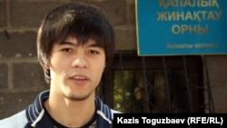 Призывник Рафаэль у ворот пункта призывников Алматы. 3 октября 2012 года.
