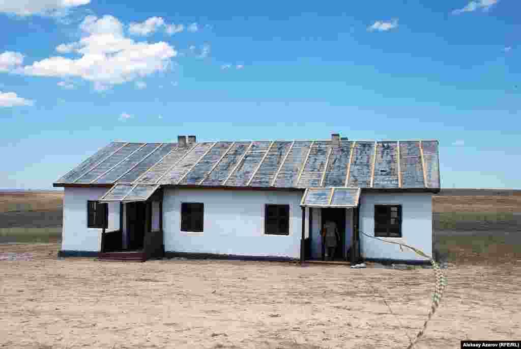 Для съемок выбрали пустынный участок, на котором построили три дома, хозяйственные постройки, установили несколько юрт. Эти строения используются для съемок действия в отдаленном ауле.