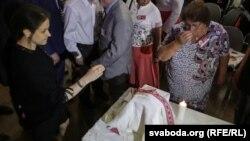 Капсулу з прахам прыозілі на Зьезд беларусаў сьвету ў Менску 16 ліпеня 2017 году