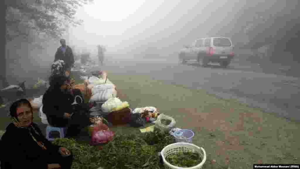 فروش محصولات در جاده مه آلود روستاهای ییلاقی رامسر