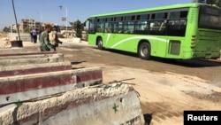 Автобус у КПП сирийской армии рядом с Дамаском. Сентябрь 2016 года. Иллюстративное фото.