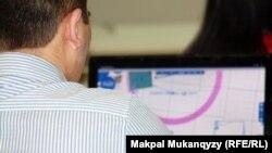Kompýuteriň öňündäki bir adam