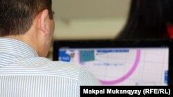 Компьютер алдында отырған адам. Астана, 23 наурыз 2012 жыл. (Көрнекі сурет)