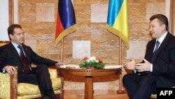 Presidenti i Rusisë, Dmitri Medvedev, dhe ai i Ukrainës, Viktor Janukoviq.