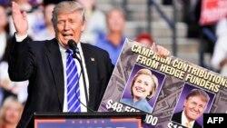 Дональд Трамп Флоридада жақтастарының алдында сөйлеп тұр.