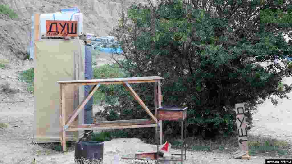 Місцеві підприємці намагаються заробляти на туристах. Наприклад, пропонуючи помитися в душі, одна хвилина в якому коштує 30 рублів