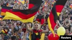 Германия ұлттық құрамасының жанкүйерлері. Еуро-2012 чемпионаты, 9 маусым 2012 жыл.