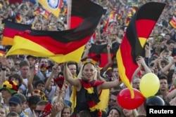 Германия - Португалия ойынын көріп отырған берлиндік жанкүйерлер. 9 маусым 2012 жыл