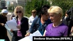 """Родственники заключенных показывают жалобы в партию """"Нур Отан"""". Астана, 31 мая 2011 года."""