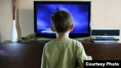 Уже полтора года грузинские телеканалы показывают иностранные фильмы без перевода, лишь с грузинскими субтитрами внизу экрана
