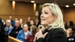 Marine Le Pen Lion məhkəməsində, 20 oktyabr, 2015