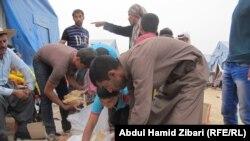 Покинувшие иракский город Мосул жители в лагере для беженцев.
