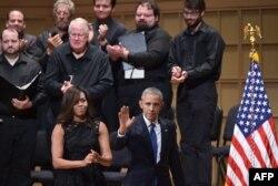 Барак и Мишель Обама во время поминальной службы в память о пяти убитых в Далласе полицейских