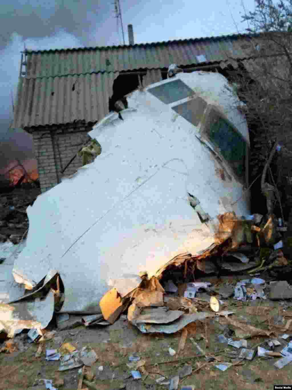 Фрагмент самолета, упавшего на жилое строение.
