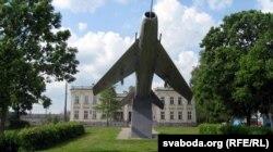 Да лета 2016 году ў Шчучыне проста перад палацам Друцкіх-Любецкіх стаяў самалёт-помнік «МіГ-19»