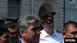 Салижан Шарипов Москвадагы кыргыз элчилигинин алдында, 12-июнь 2010-жыл