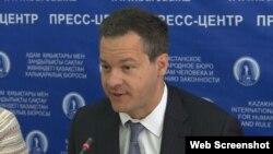 Адвокат-правозащитник Джаред Генсер, руководитель американской юридической фирмы Perseus Strategies на пресс-конференции в Казахстанском бюро по правам человека. Алматы, 14 июня 2018 года.