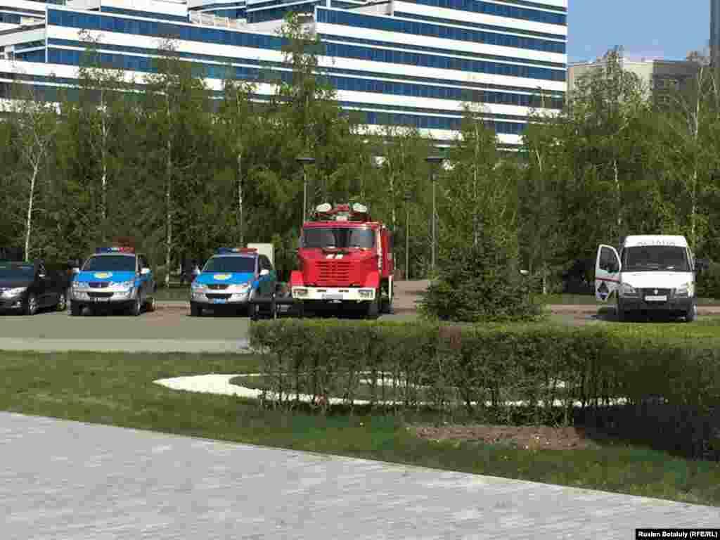 Пожарная и полицейские машины у Водно-зеленого бульвара в Астане.