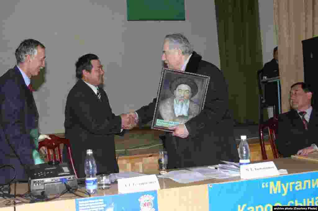 Кыргыз Республикасынынын билим берүү отличнигиЗамир Алдаяров менен Чыңгыз Айтматов кол алышууда. 2007-жыл