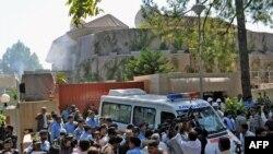 Талип жанкечти БУУнун Азык түлүк агенттигинин Исламабаддагы кеңсесинде бомба жардыргандан кийин коопсуздук кызматтары жана тез жардам көмөккө келди. 5-октябрь.