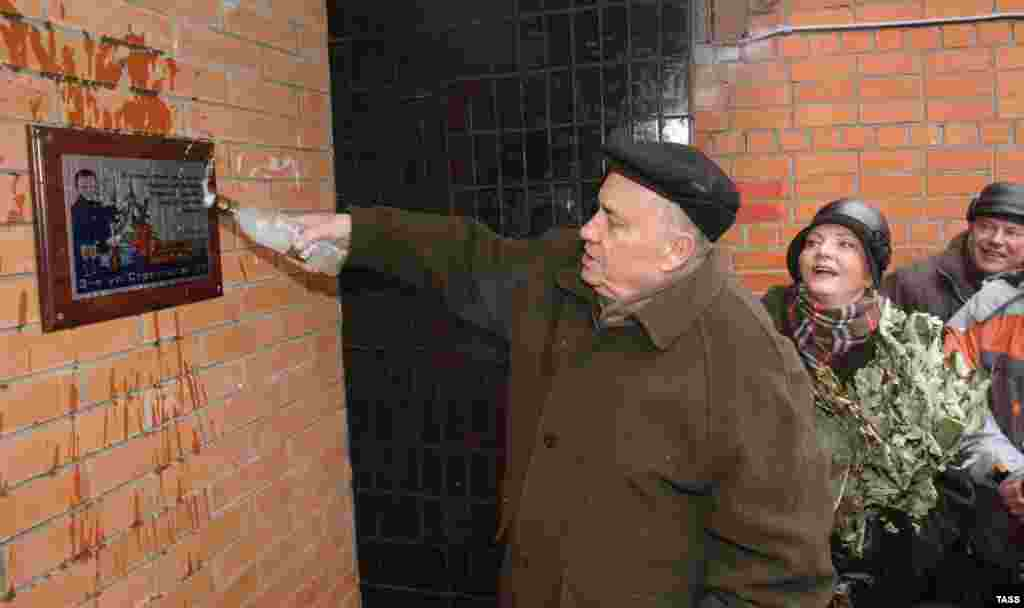 Ryazanov and actress Olga Naumenko (right) attend the unveiling of a memorial plaque on the house in Moscow where the famous film The Irony Of Fate was shot in 1975.